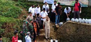 Penyelamatan Lingkungan Sungai Cihanjuang, Polsek Sukaresik Tebarkan Ratusan Ribu Ikan