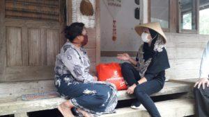 Istri Menteri Sosial RI Kunjungi Kampung Naga & Berikan Paket Sembako